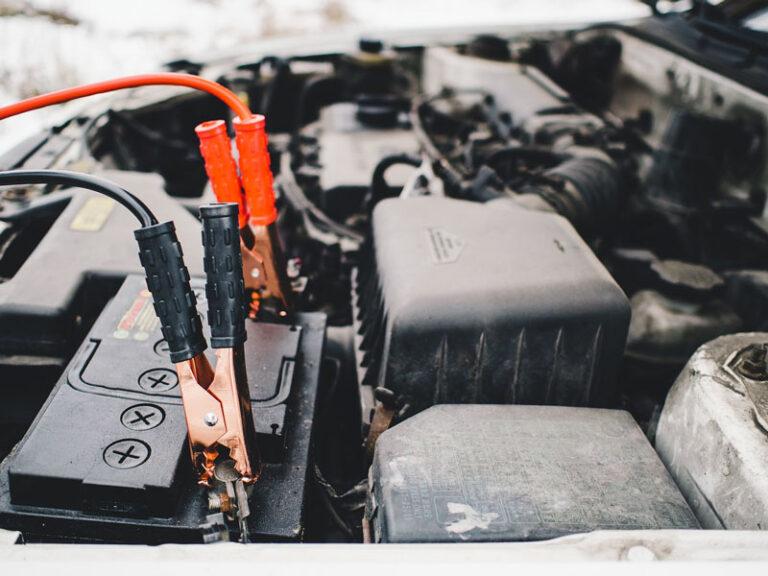 akumulator sa kablovima za paljenje